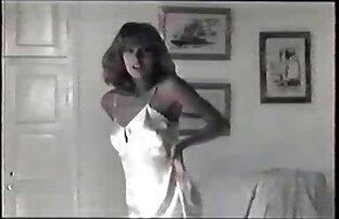 Mädchen dryuchit in betrunkene frauen beim sex einem Kondom.